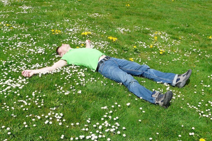 Homem dormindo na grama