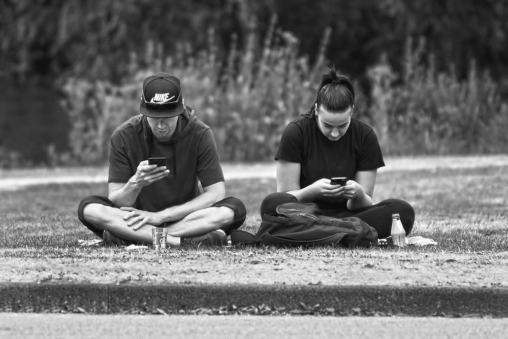 Pessoas com celular