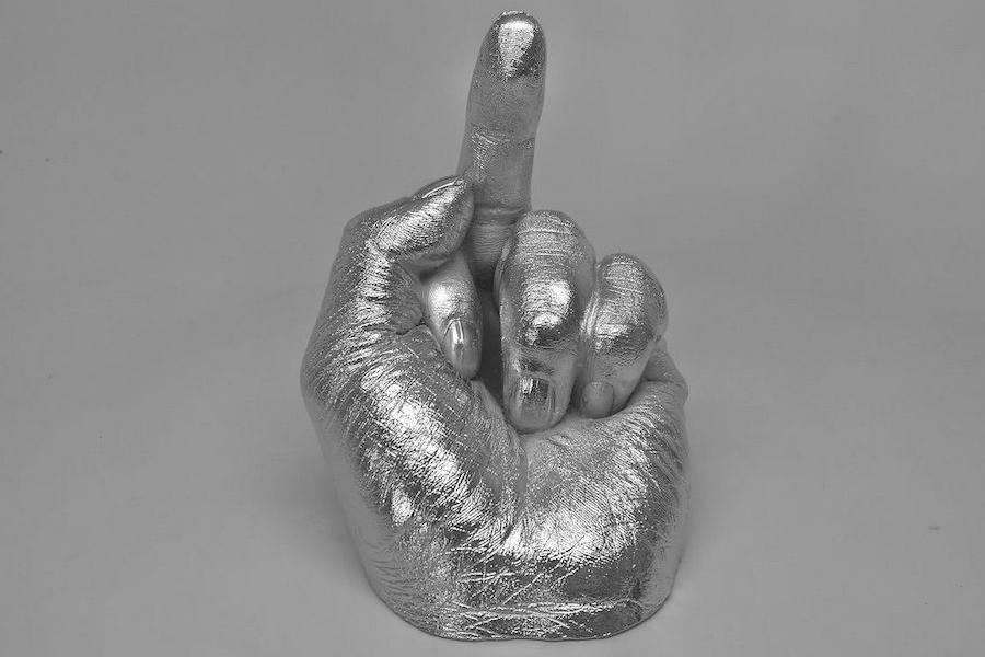 Escultura de Weiwei com mão mostrando o dedo médio