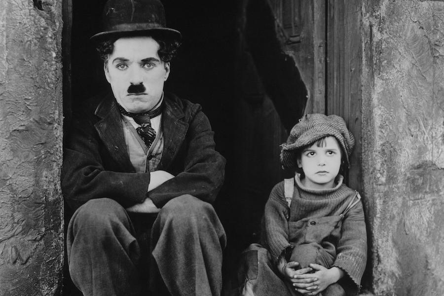 Charles Chaplin no filme The Kid