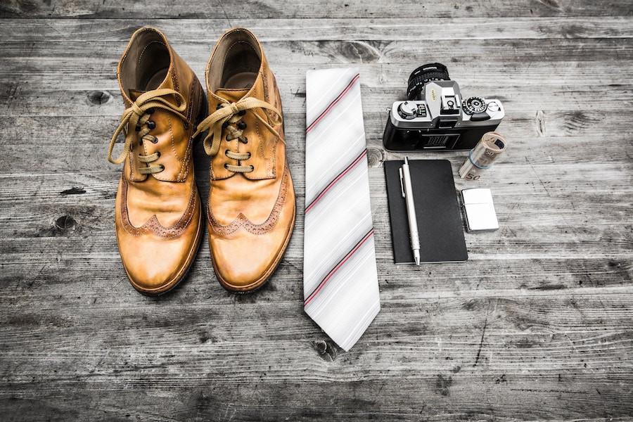 Sapato, gravata, câmera, dinheiro
