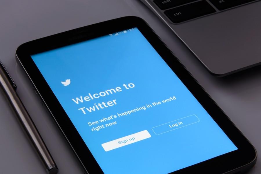 Tablet com tela do Twitter