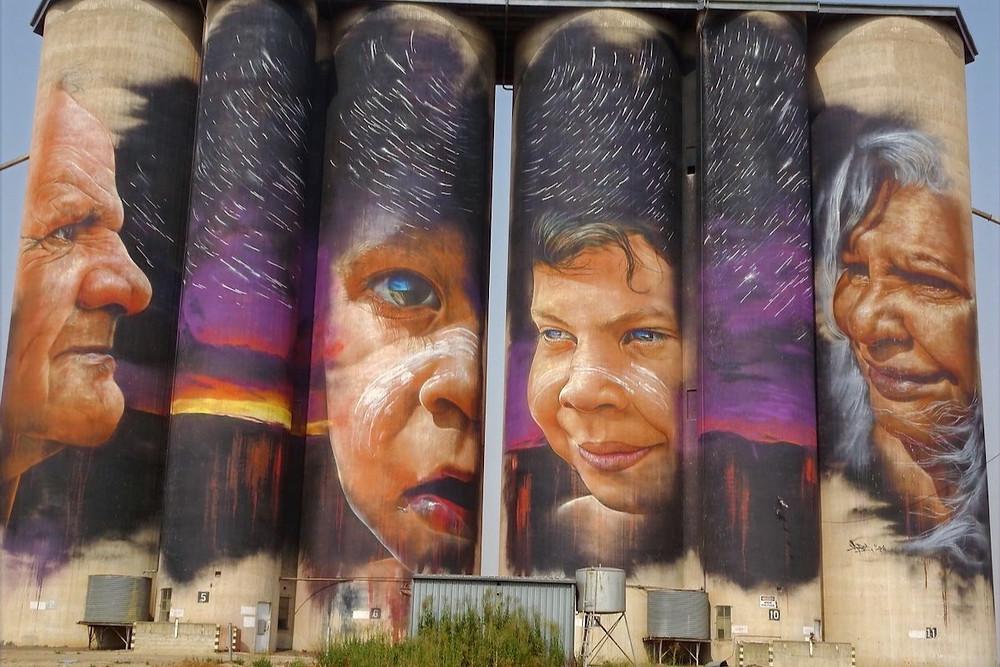 Mural australiano com aborígenes