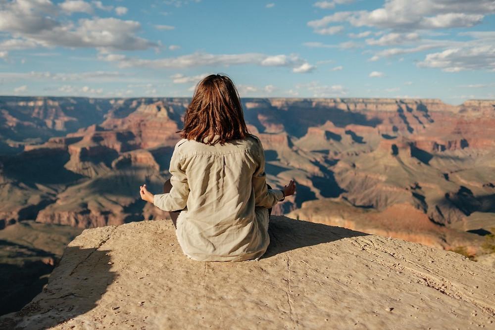 Mulher medita no Grand Canyon, EUA