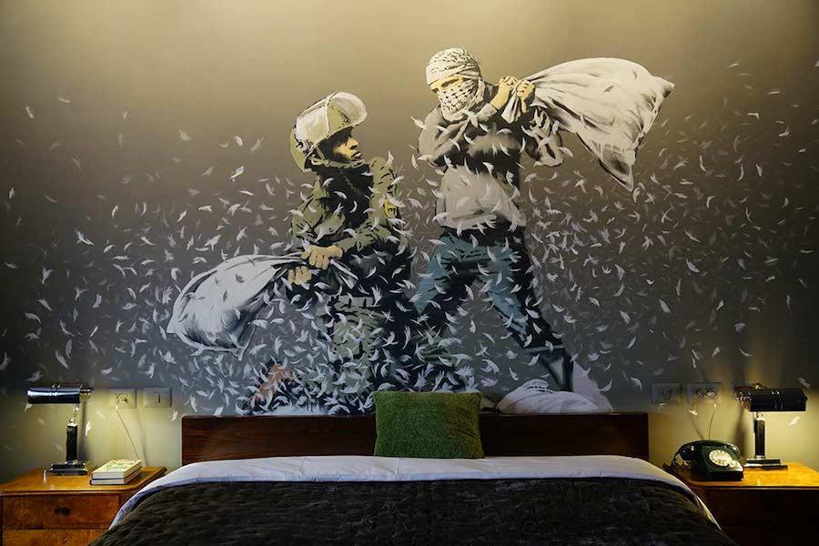 Briga de travesseiro entre israelense e palestino, por Banksy