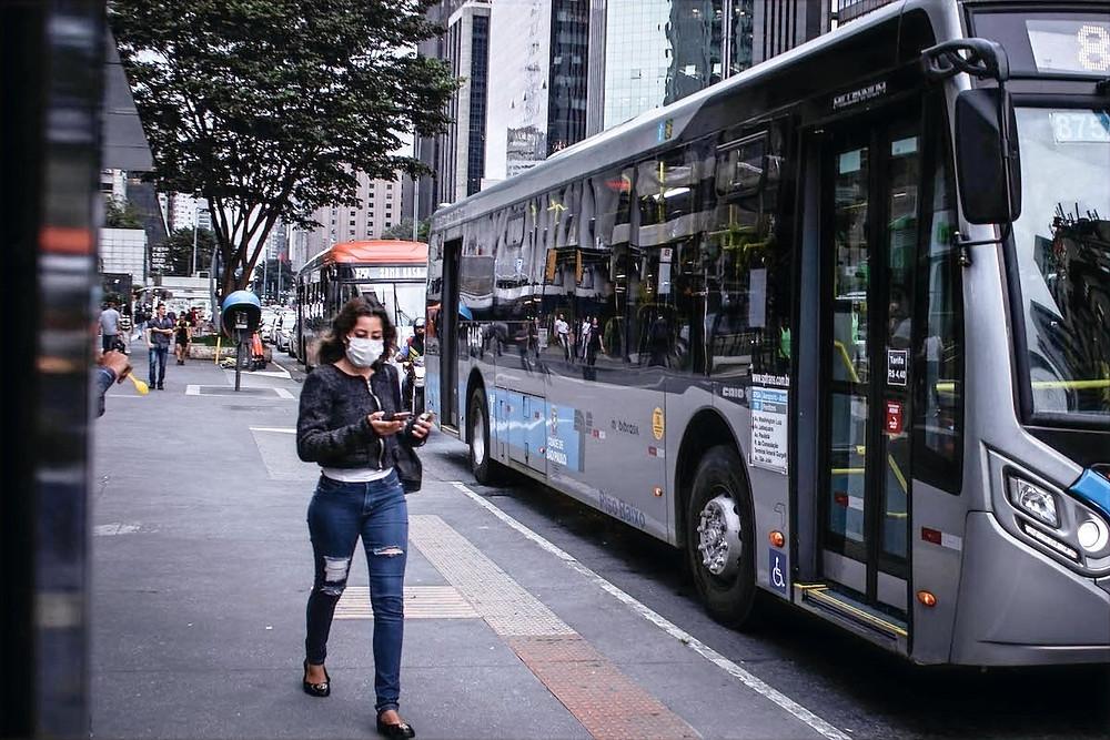 Mulher de máscara em São Paulo