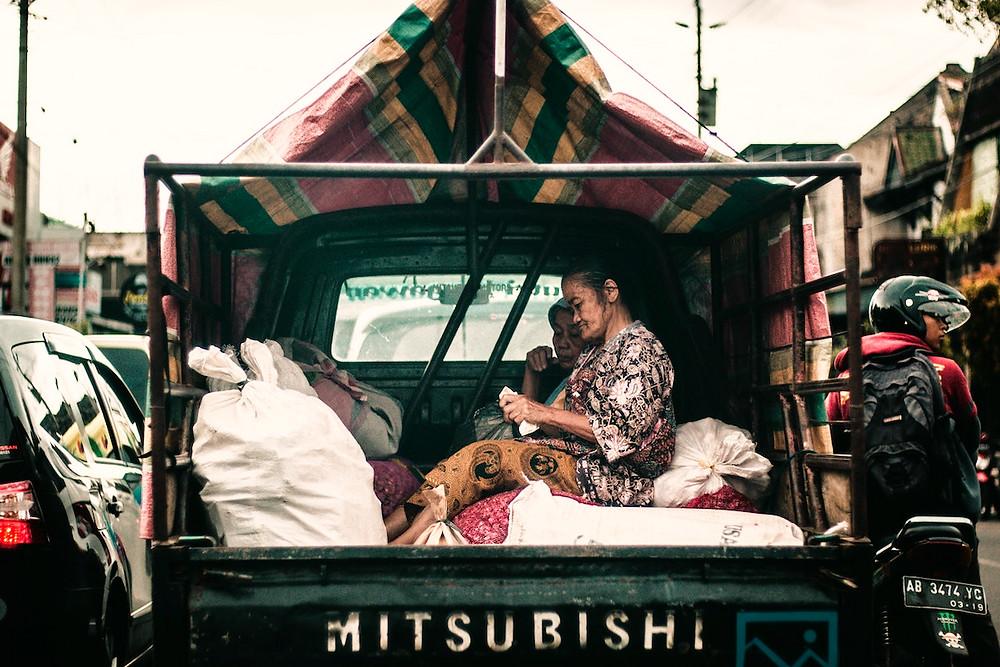Idosas da Indonésia em caminhão