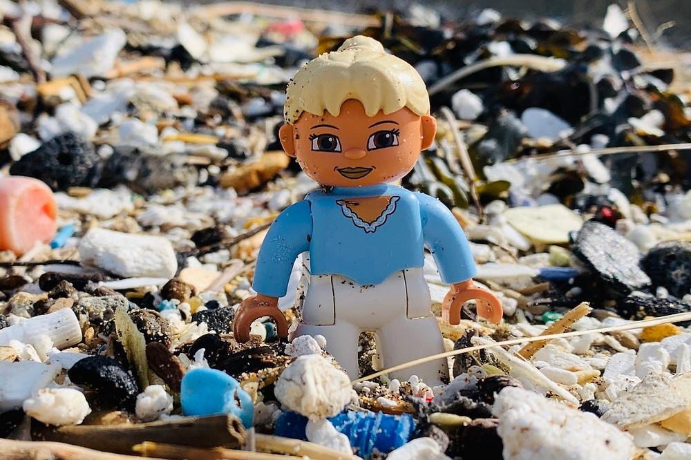 Lego em lixo de plástico na praia