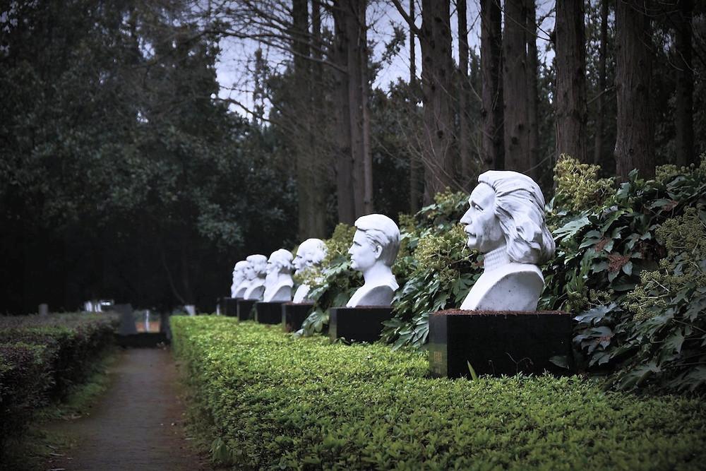 Busto de Marie Curie cercado de outros