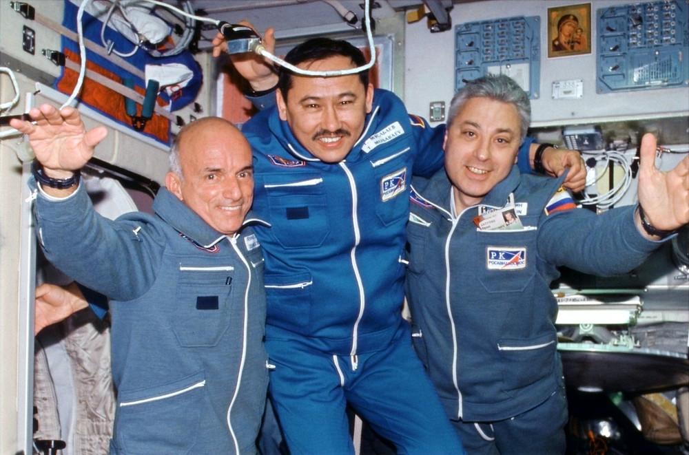 Dennis Tito e astronautas russos na ISS