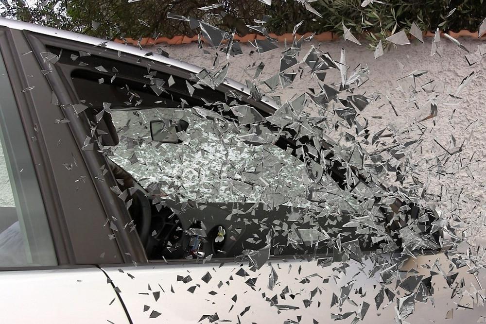 Janela de carro com vidro estilhaçado