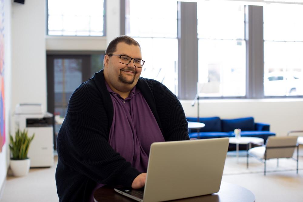 Homem obeso com notebook