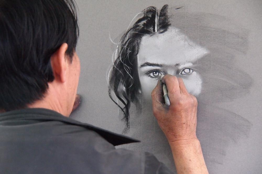 Desenho de mulher com fios brancos