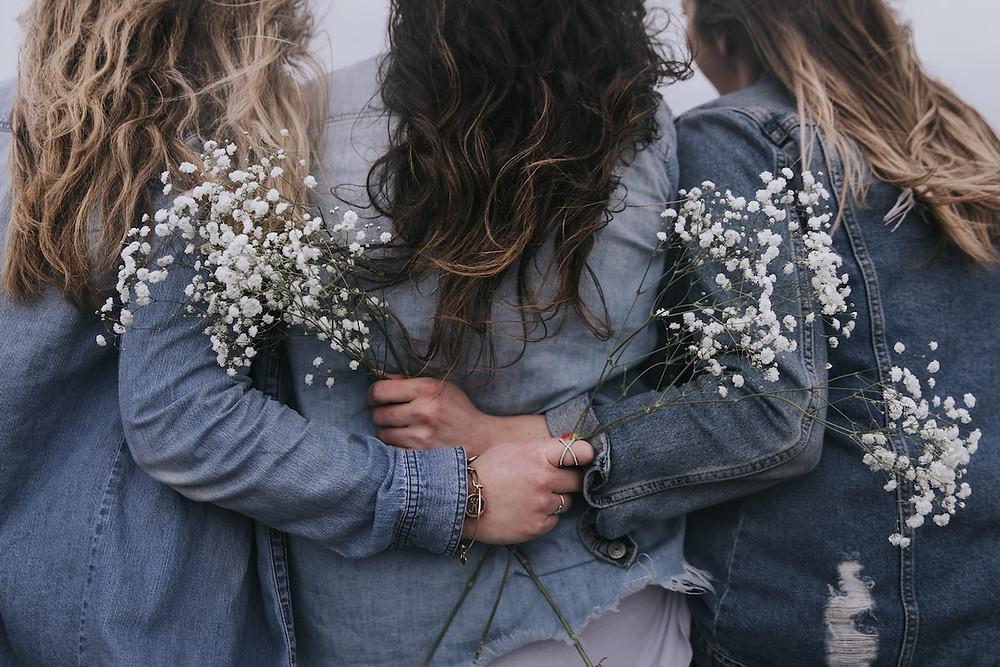 Três moças de costas