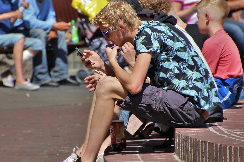 Jovem olham o celular