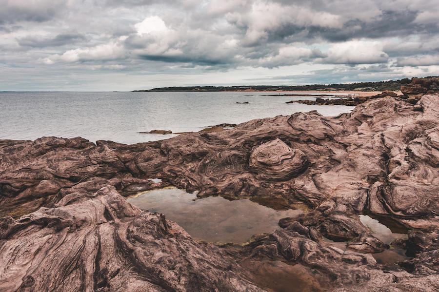 Arenitos laminados da praia de Gullane, na costa leste da Escócia, por Milena Farajewicz