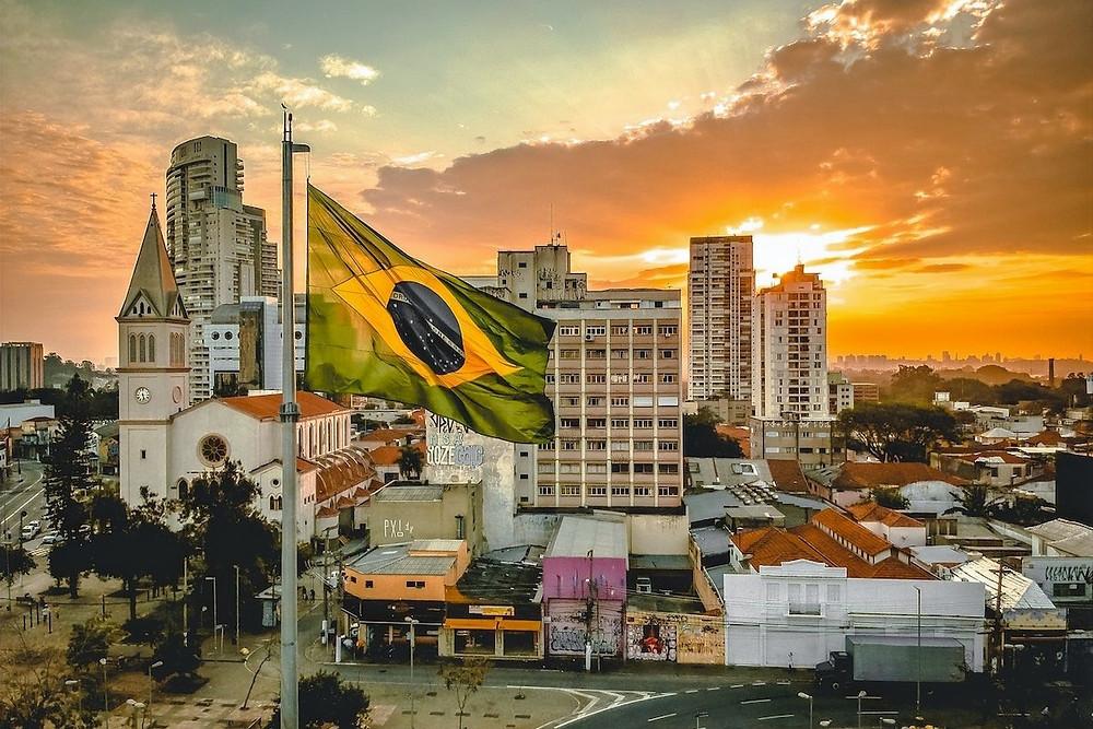 Cidade com bandeira brasileira