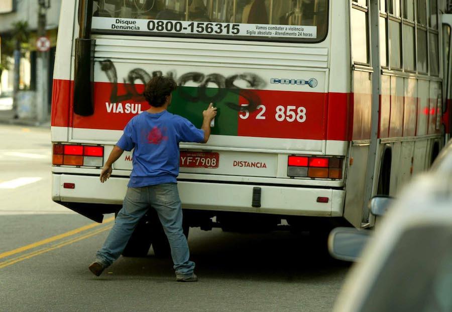 Pichador escreve em ônibus