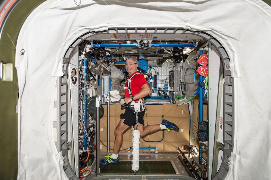 Astronauta malha na ISS