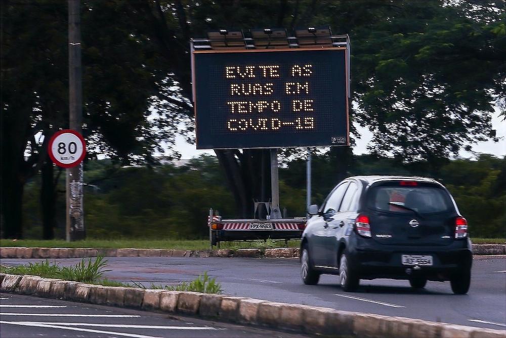 Rua de Brasília com faixa da Covid-19