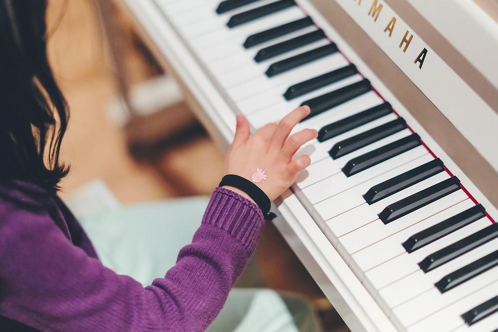 Criança toca piano