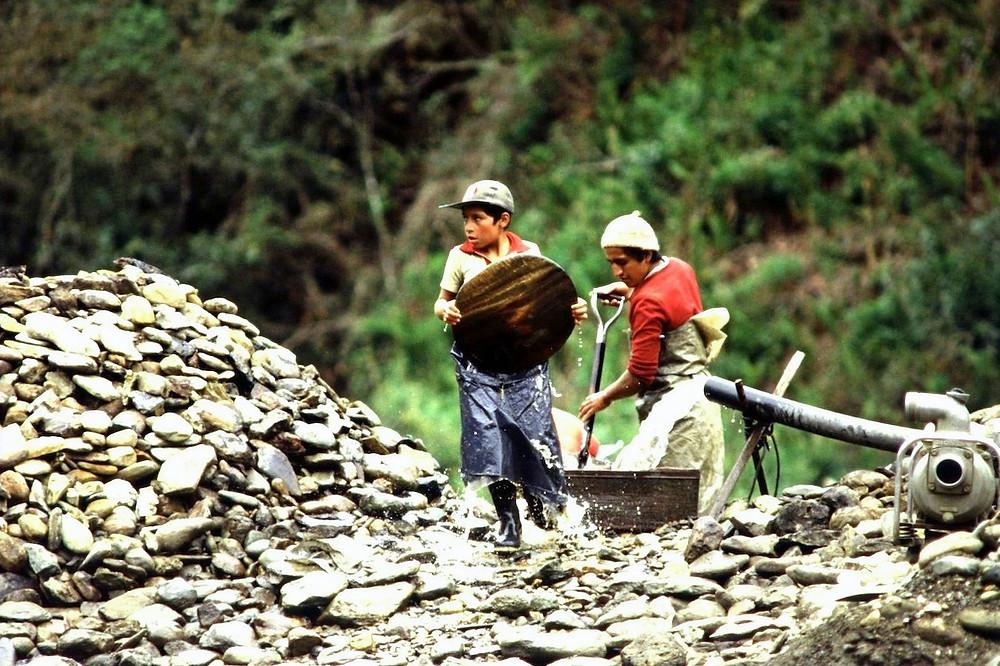 Crianças equatorianas trabalhando