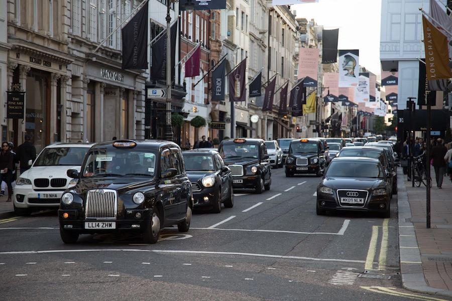 Rua de Londres cheia de carros