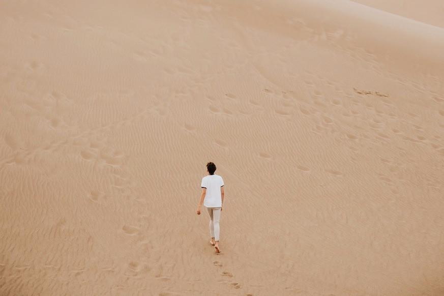 Mulher caminha na praia