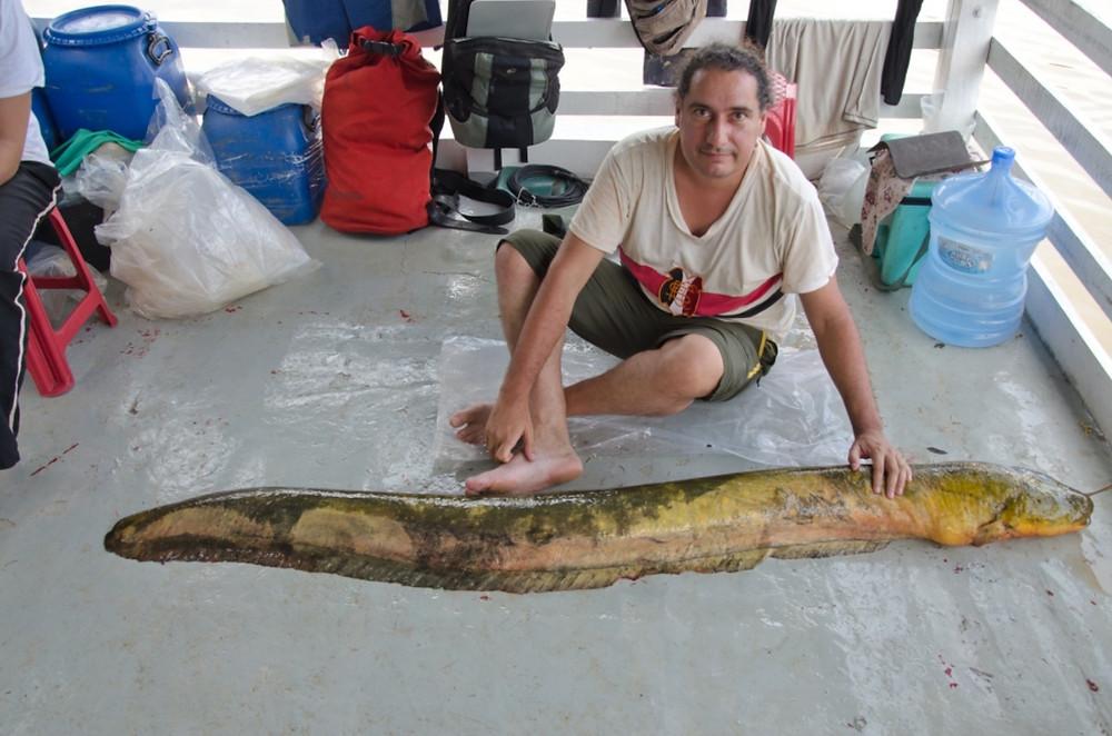 Pesquisador Carlos David de Santana com um peixe-elétrico