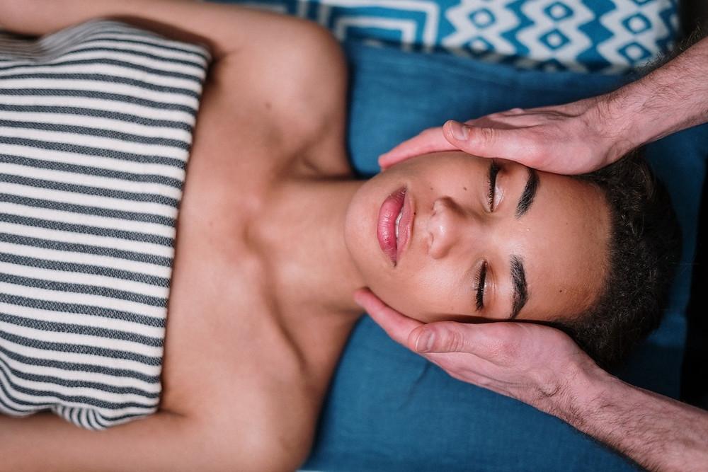 Mulher é massageada no rosto