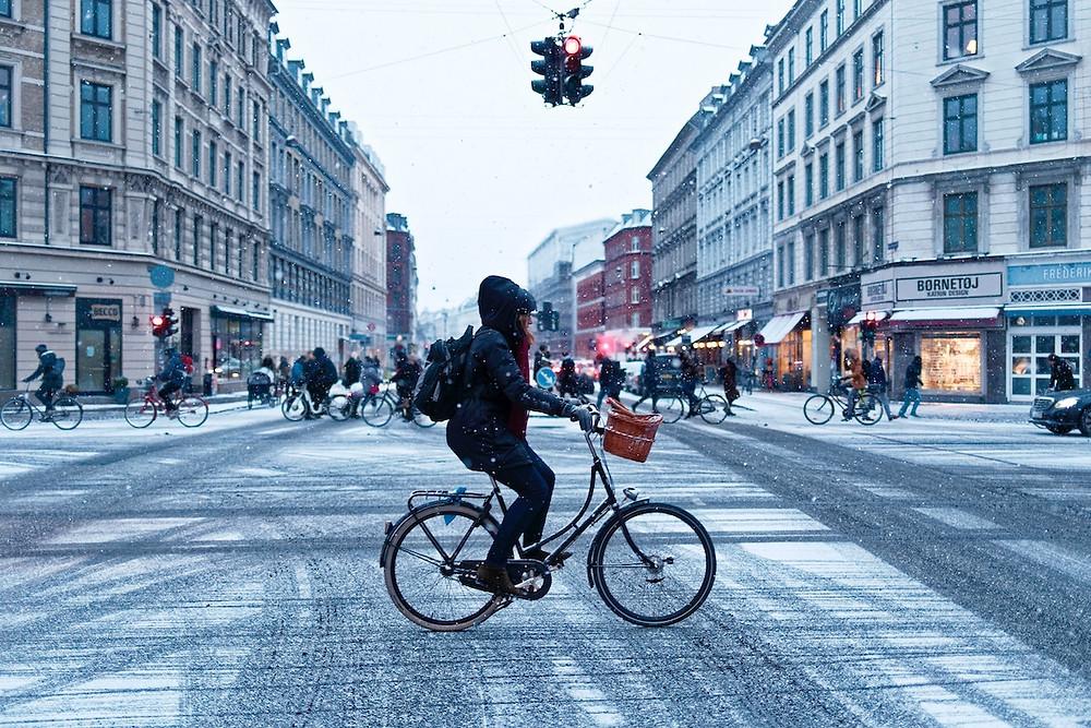 Ciclista na neve em Copenhague