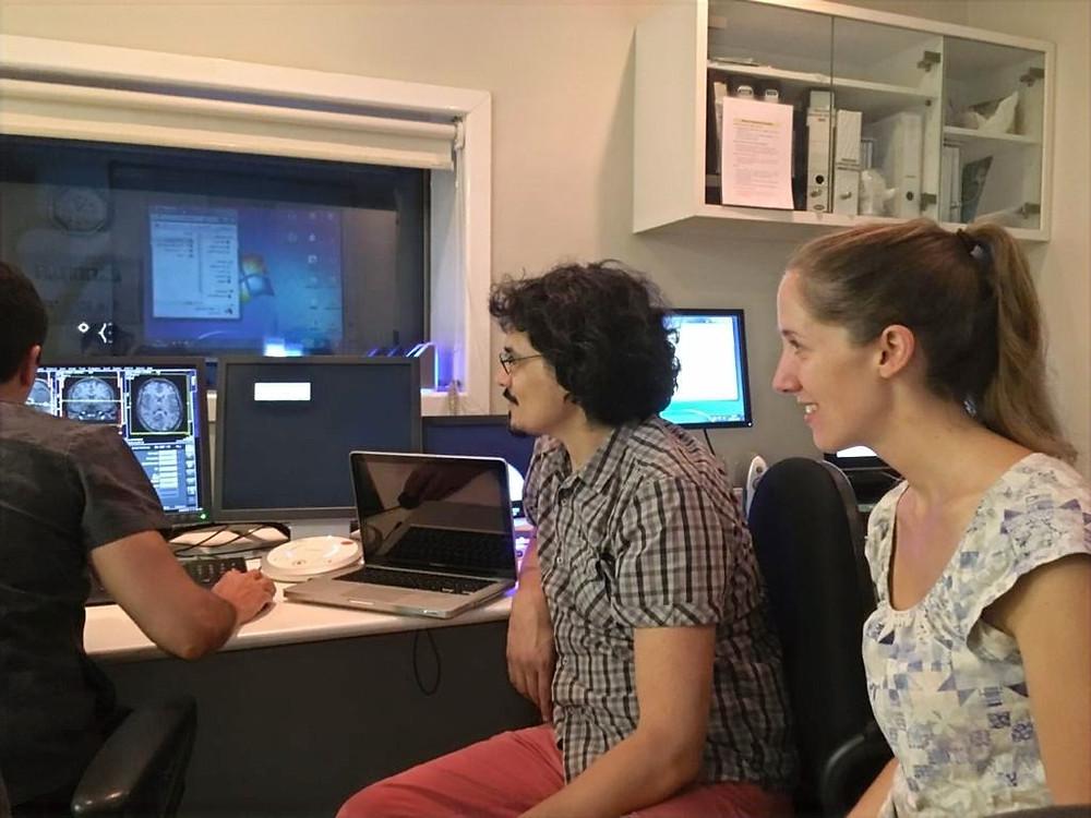 Pesquisadores examinam fMRI