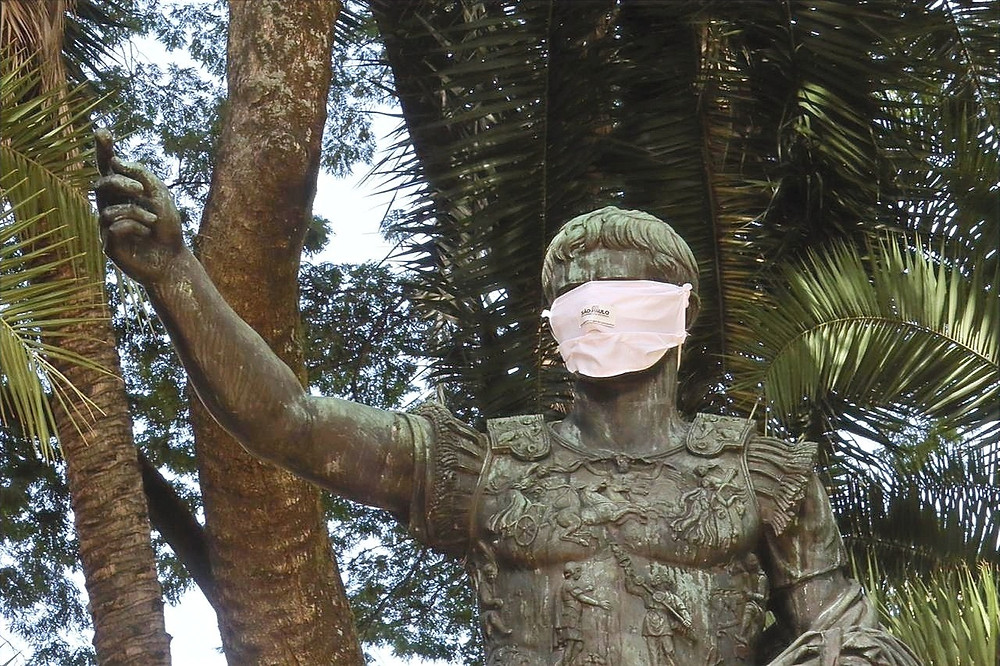 Estátua de máscara em São Paulo