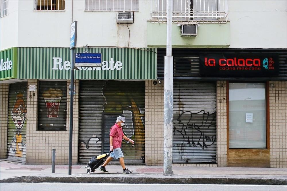 Homem caminha de máscara no Rio de Janeiro