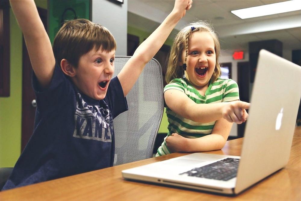 Crianças com notebook