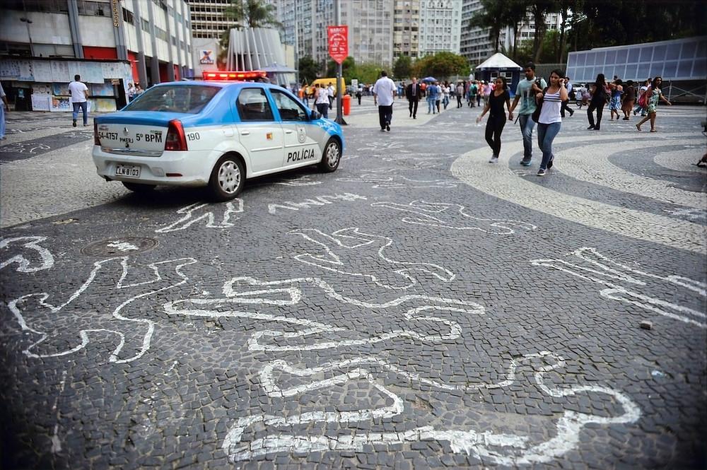 Silhuetas no chão no Rio de Janeiro em protesto contra morte de jovens negros