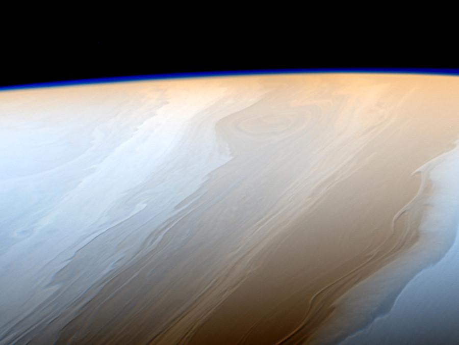 Nuvens sobre Saturno parecem pinceladas cósmicas, na definição da NASA, pela maneira ondular com que os fluidos interagem com a atmosfera de Saturno