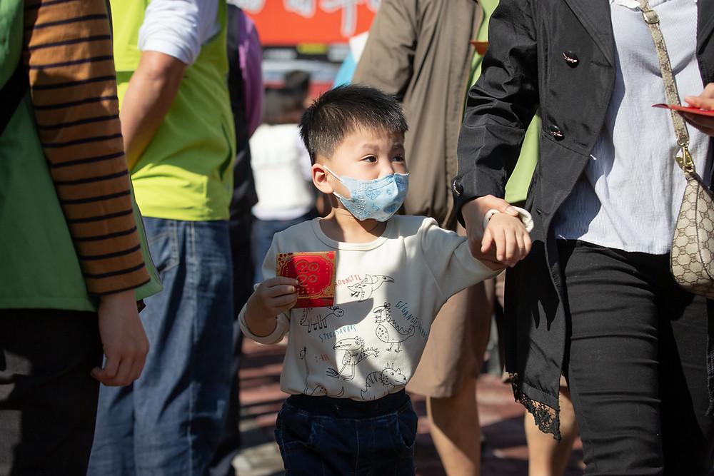 Criança de máscara no ano novo chinês em Taiwan
