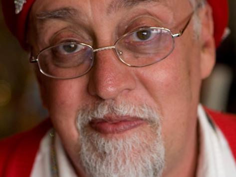 Gilbert Baker, criador da bandeira LGBT do arco-íris (1951-2017)