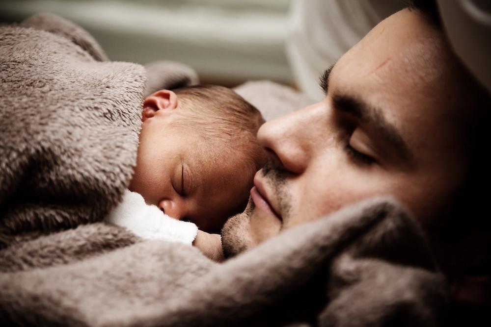 Bebê e pai dormindo