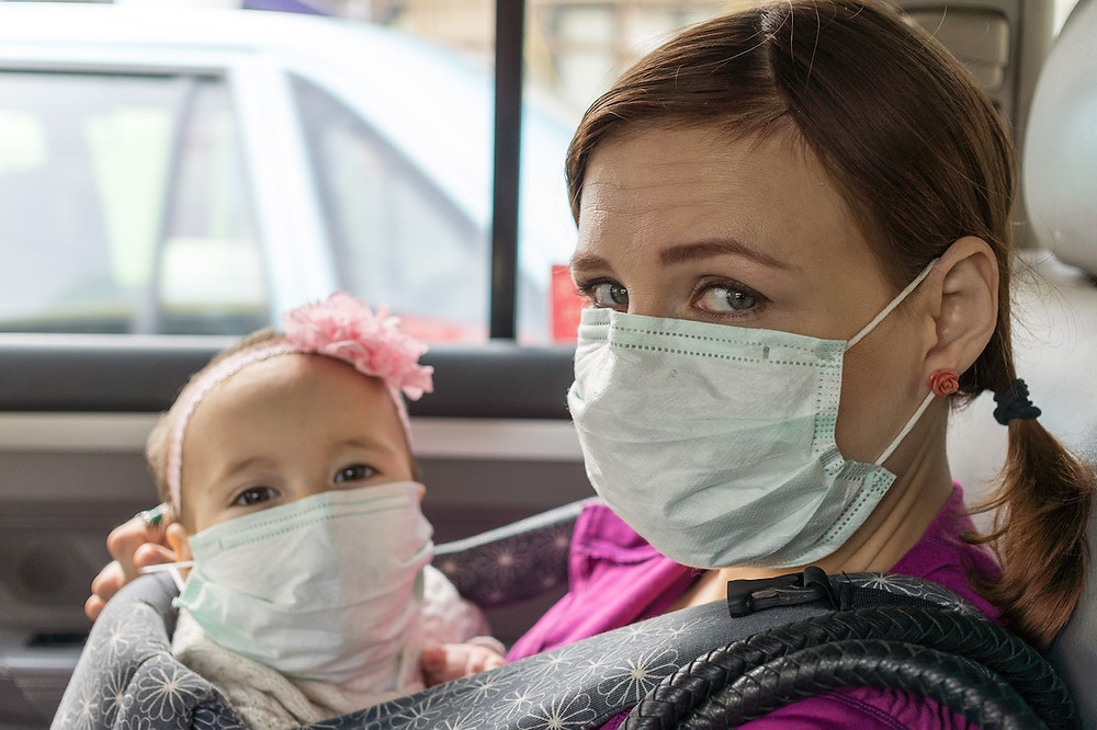 Mulher e bebê de máscaras