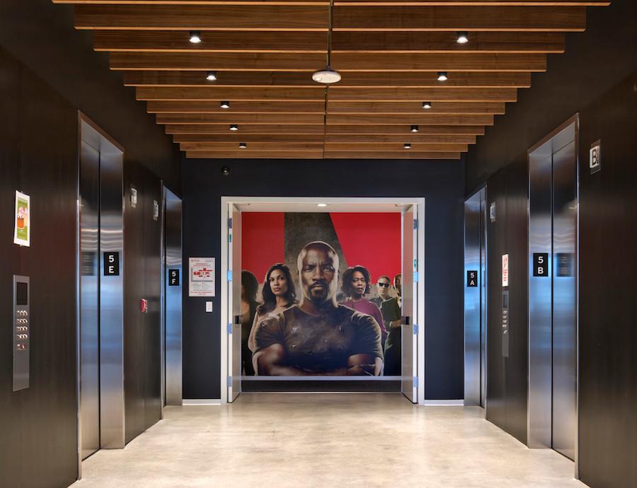 Foto de prédio da Netflix com atores ao fundo