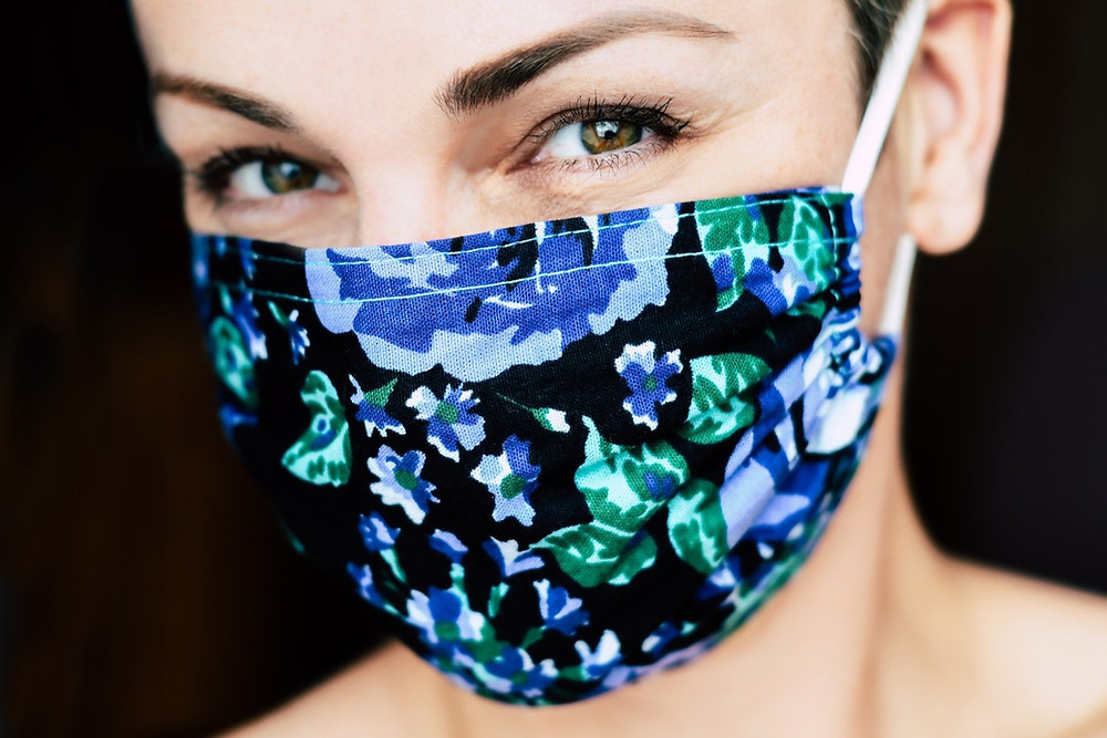 Mulher com máscara estampada