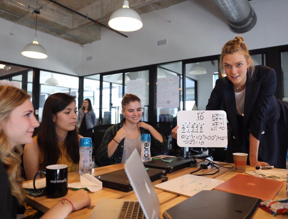 Modelo Karlie Kloss em projeto de programação