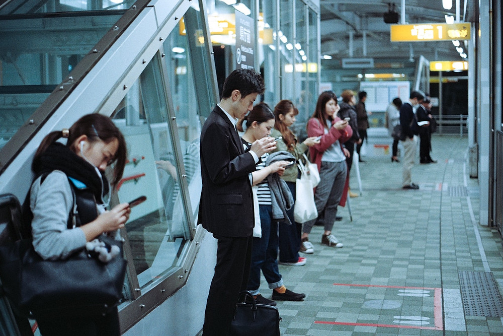 Pessoas com celular em Naha, Japão