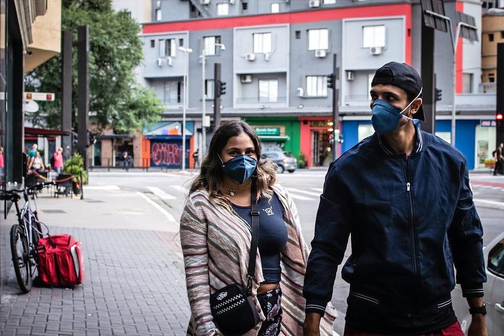 Casal em SP com máscara