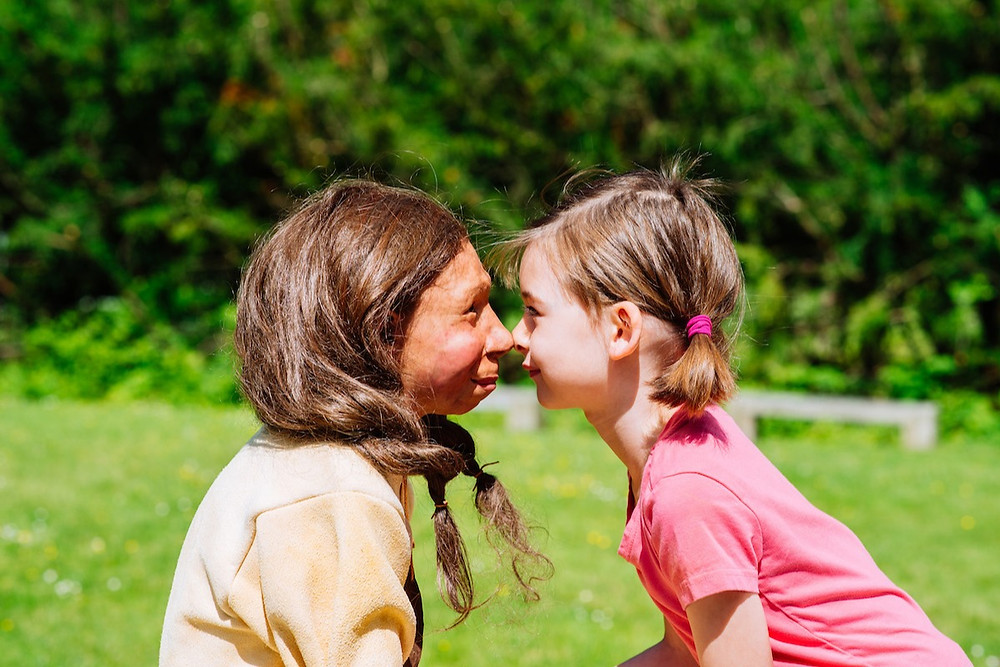 Foto de criança neandertal e criança moderna