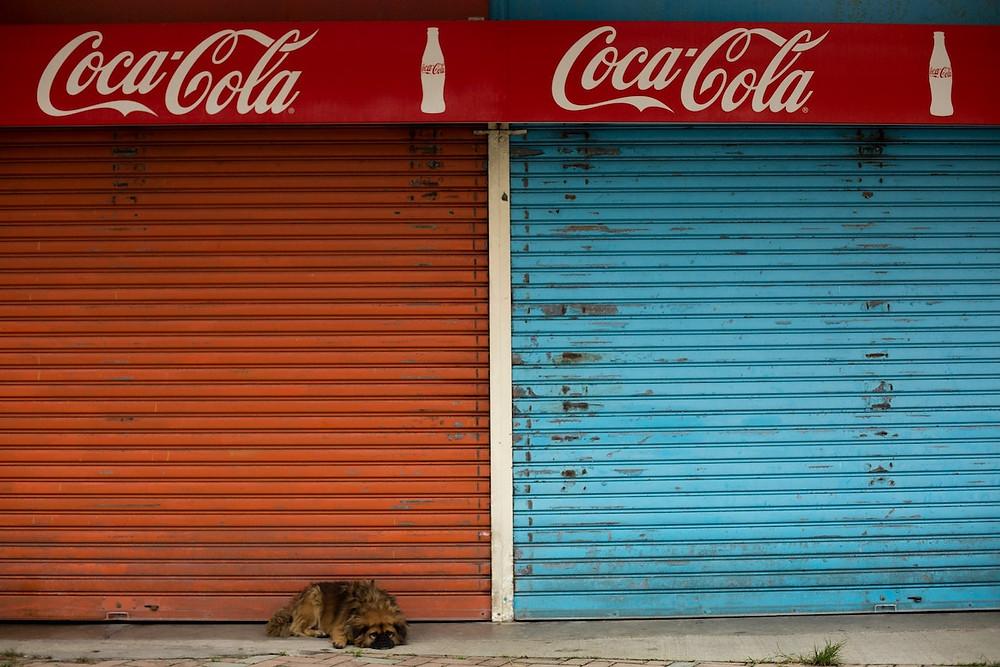 Fachada de comércio com Coca-Cola