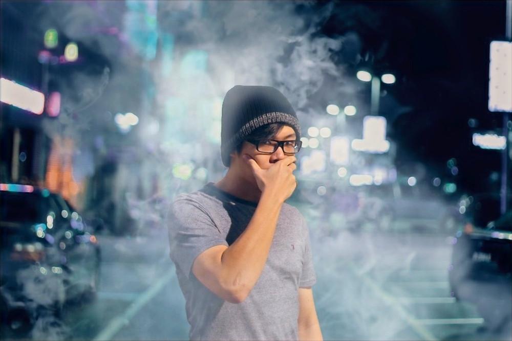 Jovem em meio a ar poluído