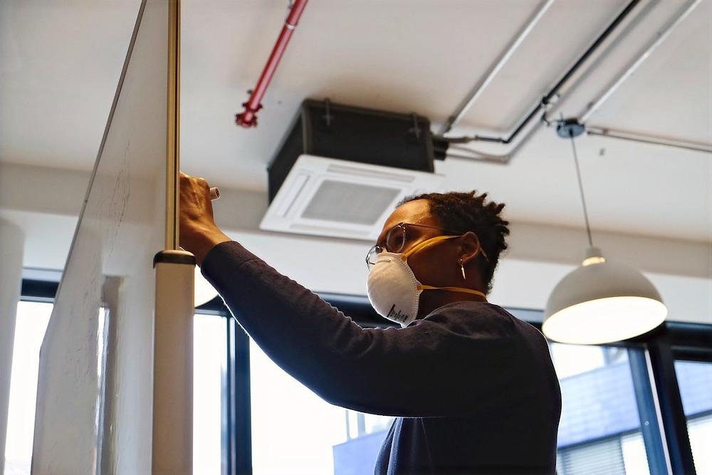 Homem de máscara em escritório